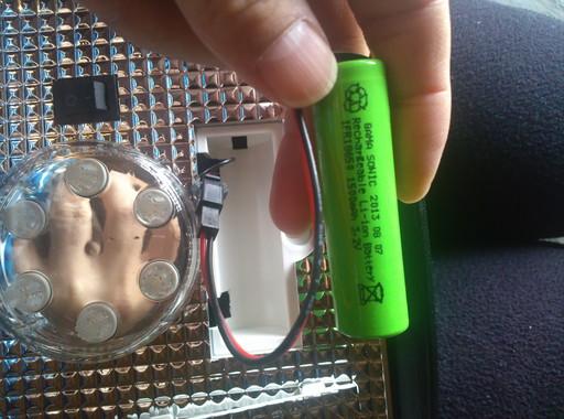ソーラーガーデンライトを分解。18650型のリチウムイオン電池が使われてます。