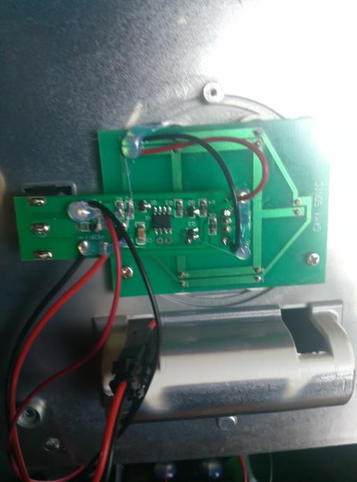 ソーラーガーデンライトを分解。基盤部分のアップ写真。