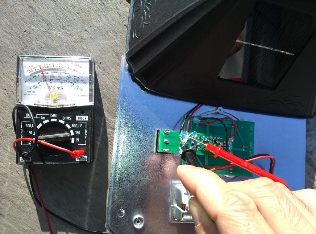 ソーラーガーデンライトを分解。外で電圧を測定。